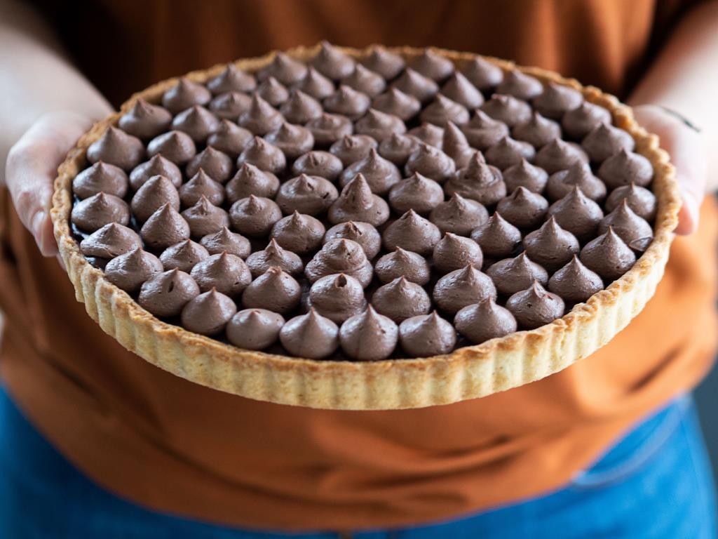 w dłoniach tarta z kremem czekoladowym
