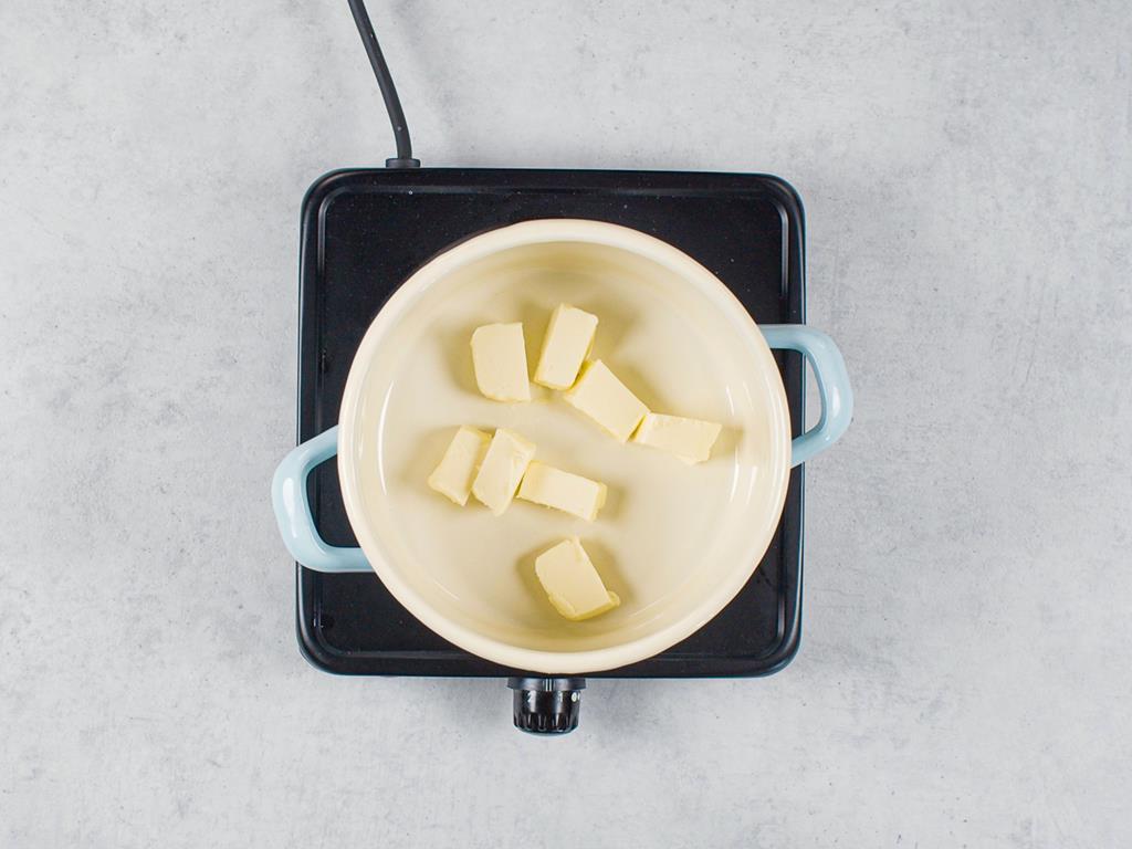 Masło pokrojone w kostkę w garnuszku