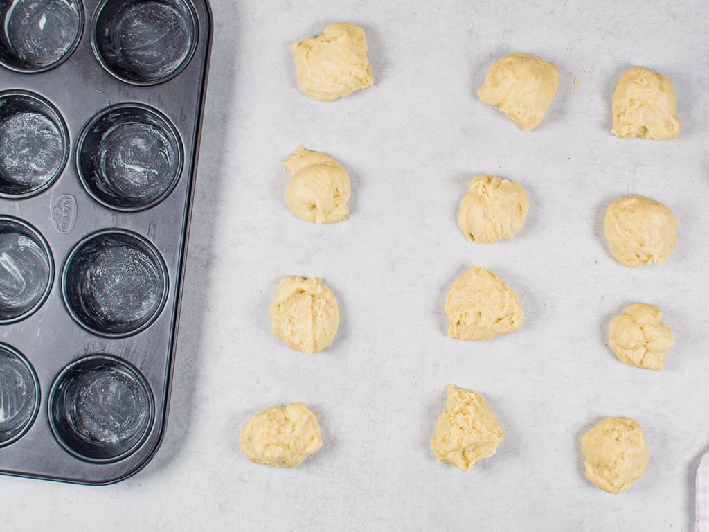 Ciasto drożdżowe podzielone na 12 części