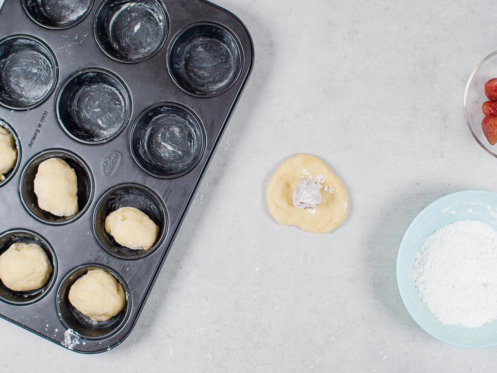 Ciasto z truskawką w środku w foremce do muffinek