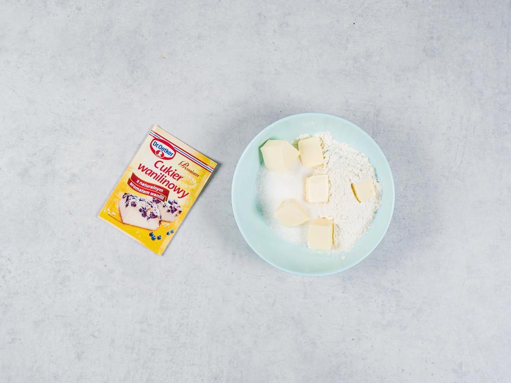 Cukier wanilinowy Dr. Oetkera, masło, mąka i cukier zagniecione na kruszonkę