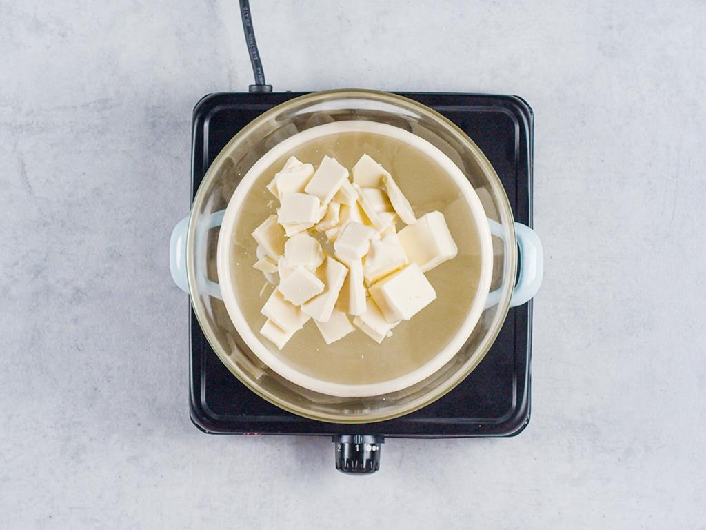 miska w garnku z czekoladą i masłem