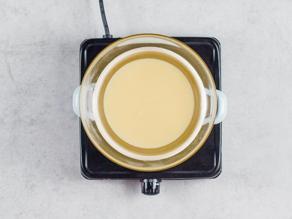 w misce rozpuszczona czekolada z masłem