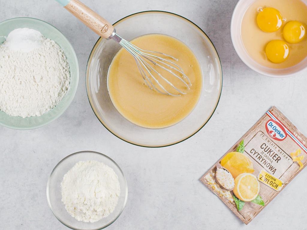 w miskach: jajka, cukier, cukier ze skórką cytrynową Dr. Oetkera, mąka pszenna