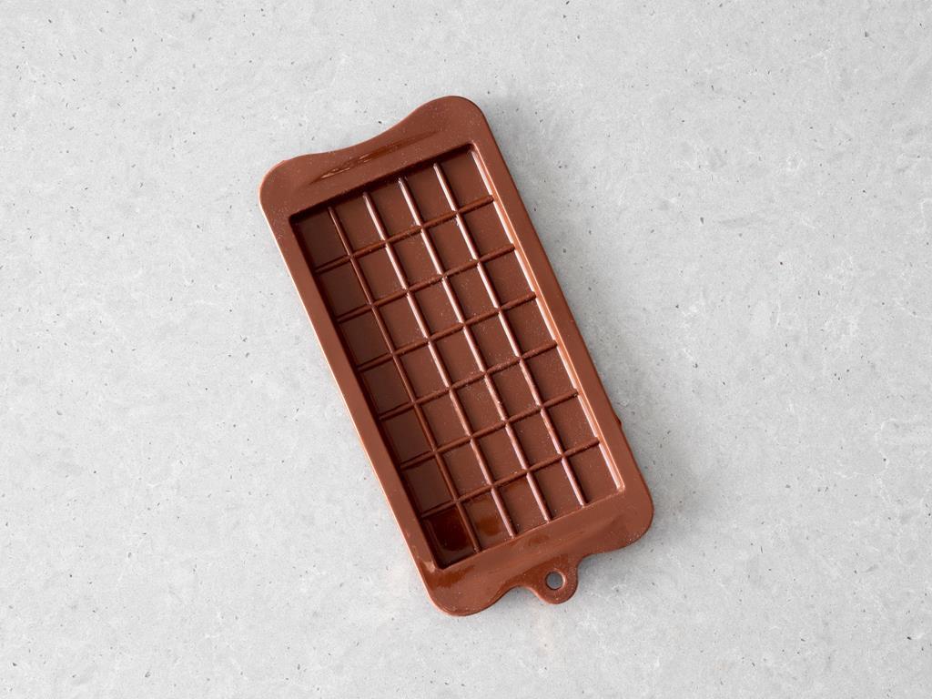 Foremka silikonowa w kształcie tabliczki czekolady.