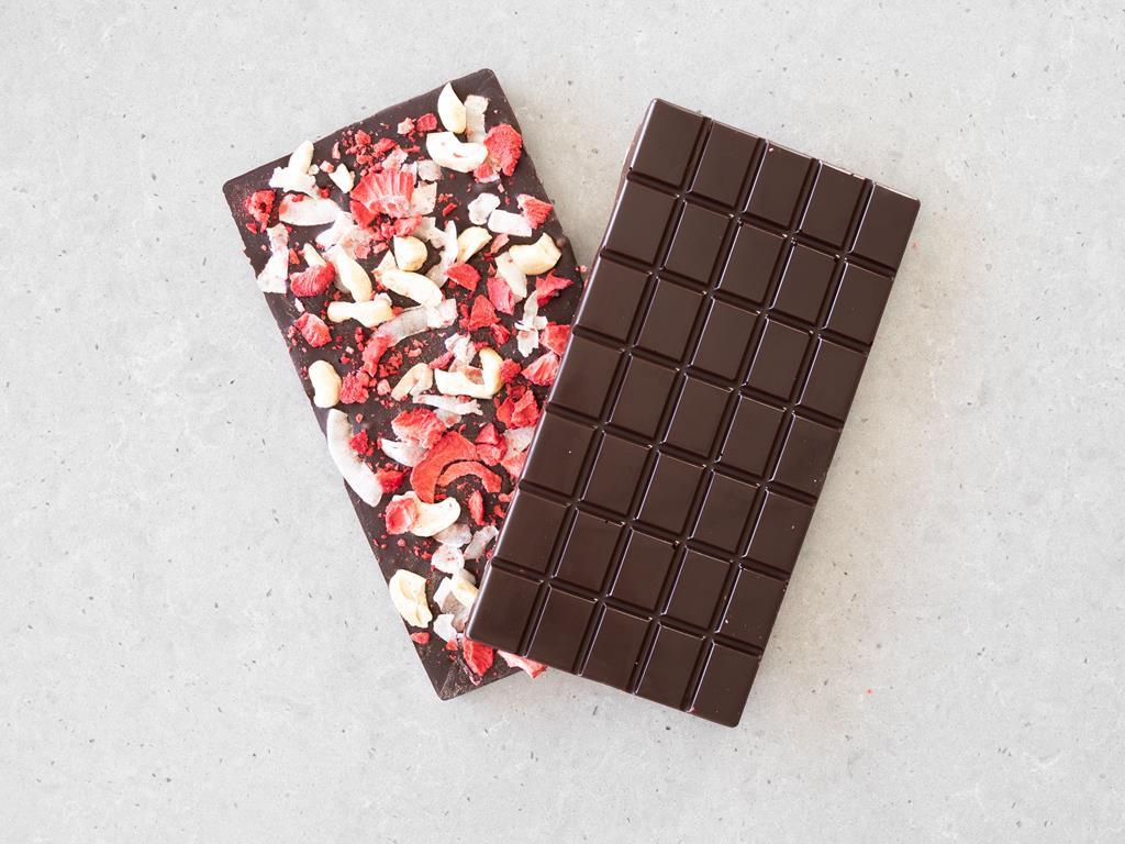 Tabliczki z czekolady gorzkiej z owocami liofilizowanymi, orzechami nerkowca i płatkami kokosowymi.