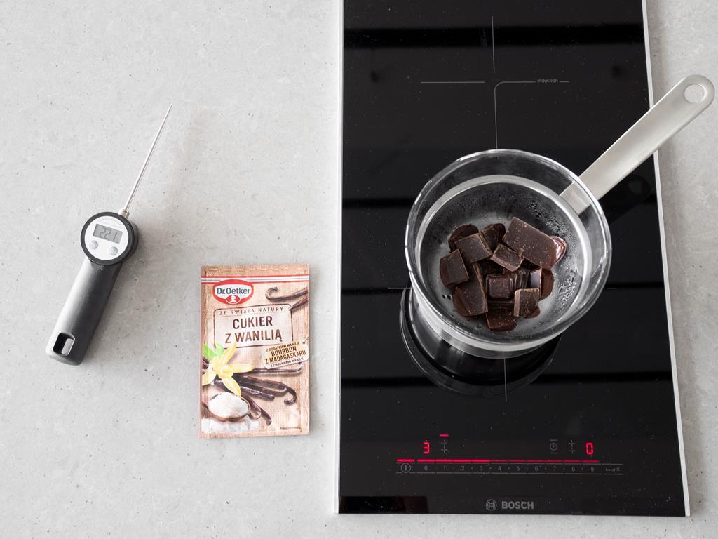 Roztapianie czekolady  z cukrem z waniliąw kąpieli wodnej na kuchence indukcyjnej do zabudowy Bosch.