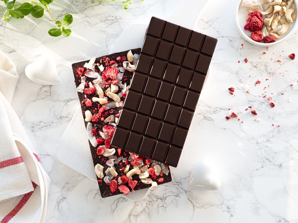 czekolada z dodatkiem owoców liofilizowanych i orzechów nerkowca