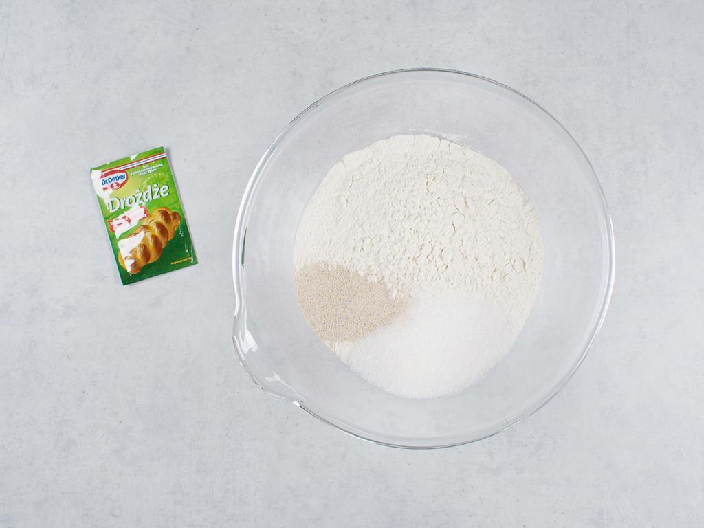 Mąka pszenna, drożdże suszone Dr. Oetkera, cukier w szklanej miseczce