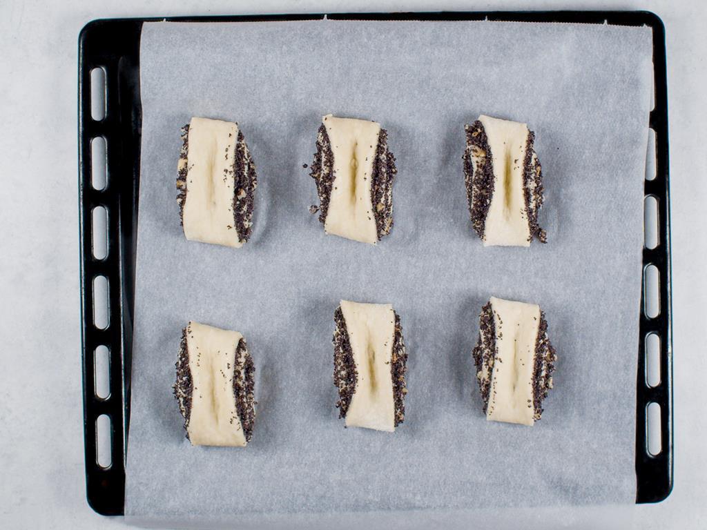Drożdżówki z makiem przed pieczeniem na blaszce
