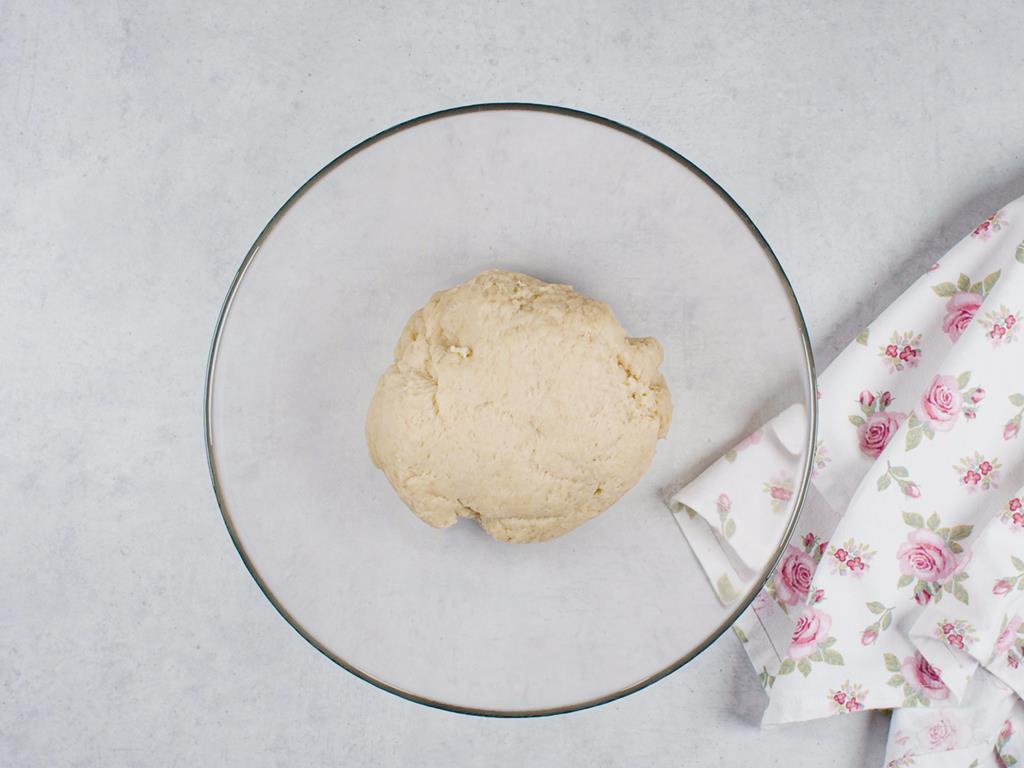 Zagniecione drożdżowe ciasto z szklanej misce
