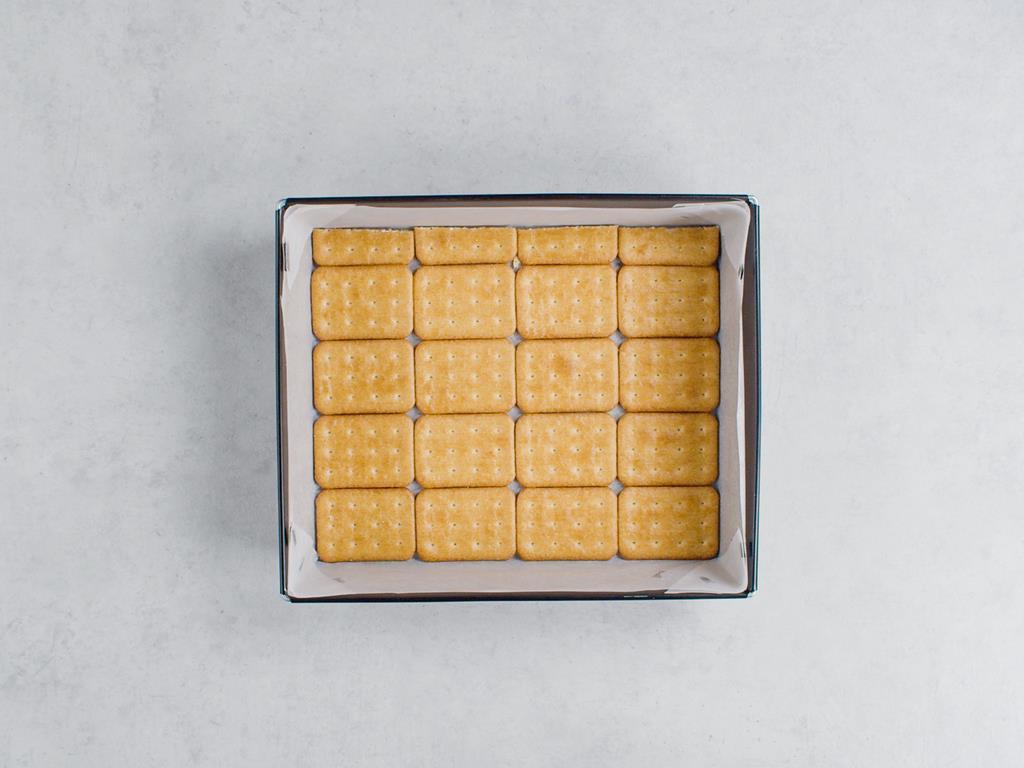 krakersy ułożone na papierze do pieczenia