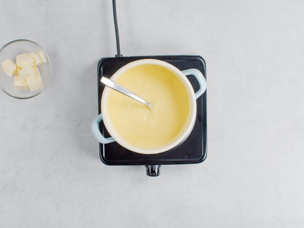 Masło pokrojone w kostkę i masa budyniowa