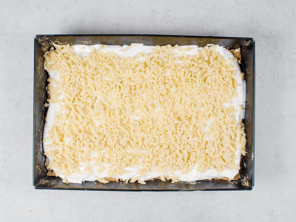 forma z upieczonym ciastem z bezą i kruszonką