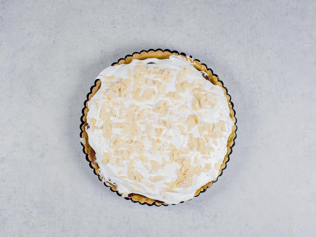 Migdałowa tarta ze śliwkami i bezą przed pieczeniem