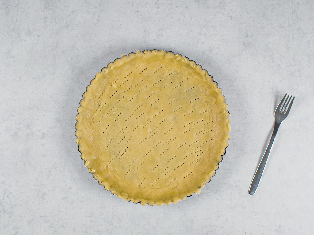 Ciasto rozwałkowane i wyklejone na formę do tarty