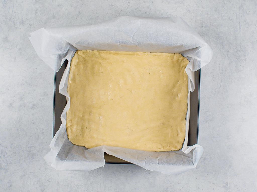 forma z nieupieczonym ciastem