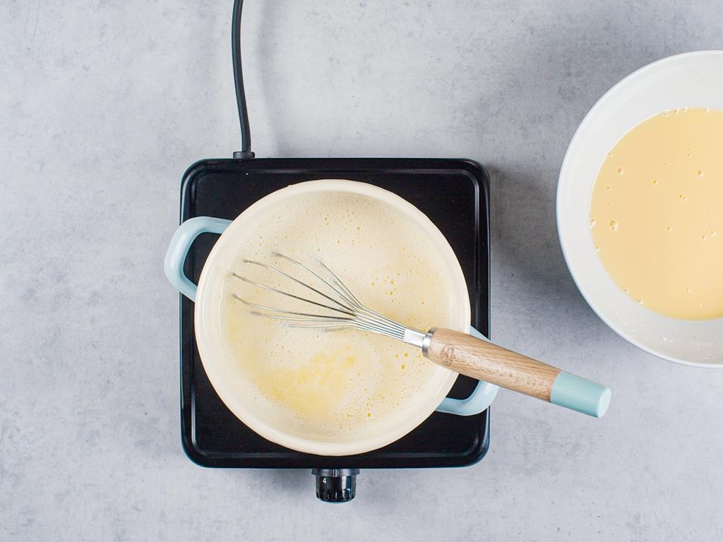 mieszanka budyniowa w miseczce i mieszanka mleka z masłem w garnuszku