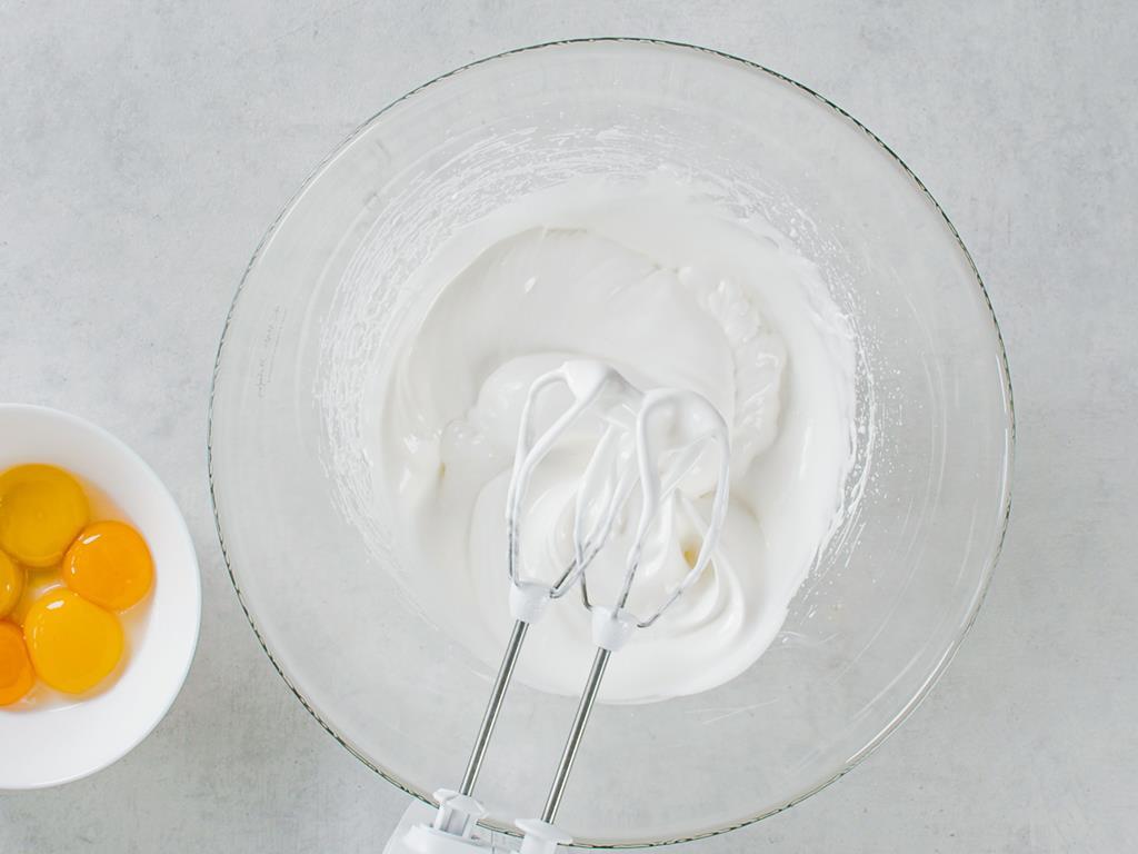 Ubite białka w szklanej misce i żółtka oddzielnie