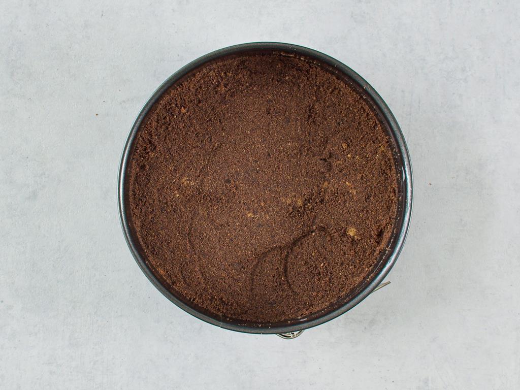 Masa ciasteczkowa wyłożona na spód formy