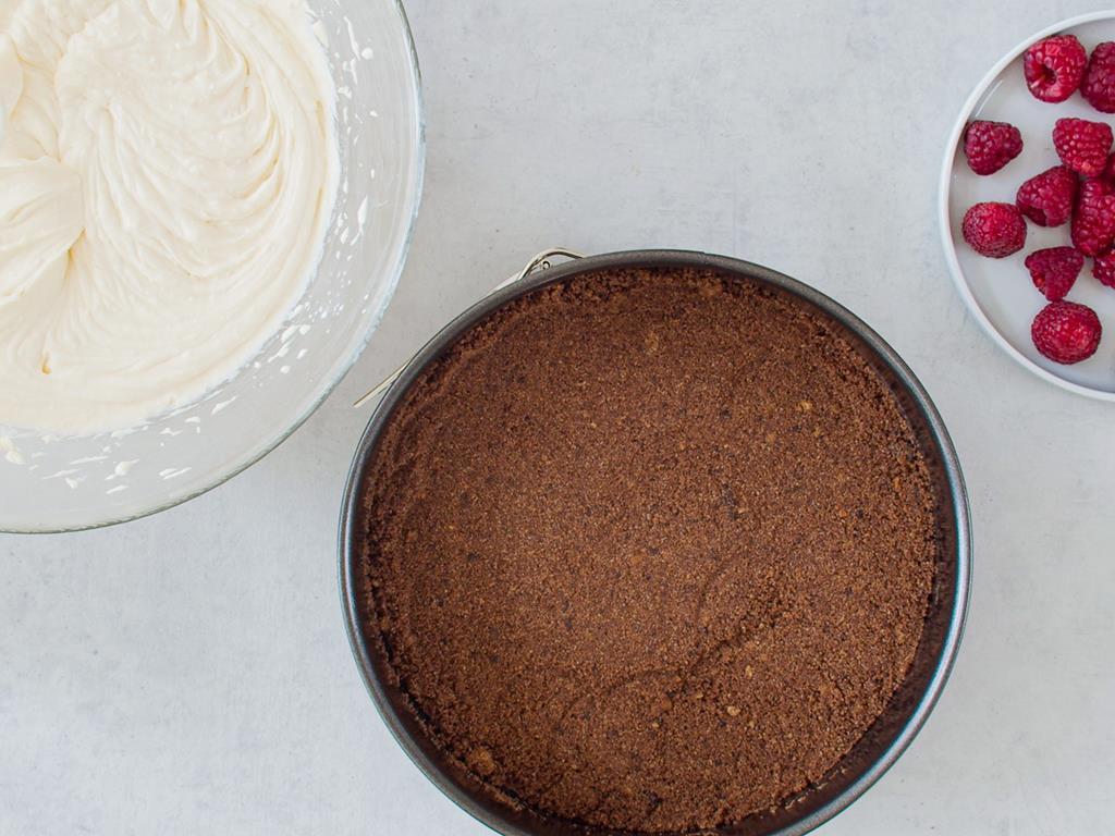Masa twarogowa, ciasteczkowy spód i maliny