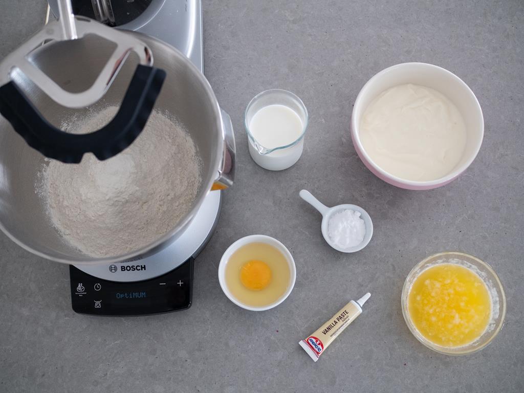 Mąka, mleko, soda, pasta waniliowa Dr. Oetkera, masło, jajko, serek homogenizowany w osobnych miseczkach
