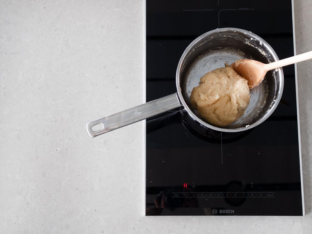 Zaparzone ciasto parzone w wersji wegański w garnku na kuchence indukcyjnej.