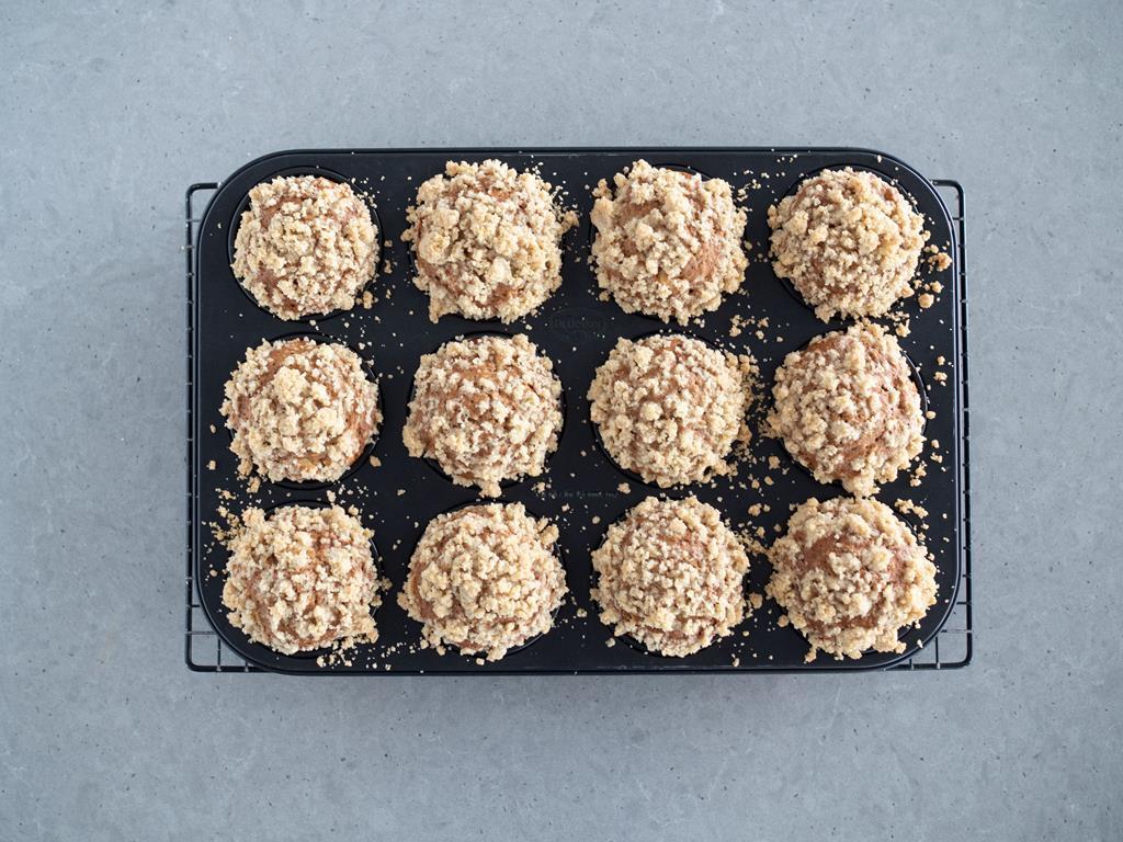 upieczone muffinki orkiszowe z jabłkami i kruszonką