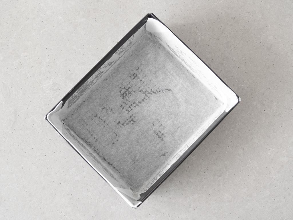 Foremka wyłożona papierem do pieczenia.