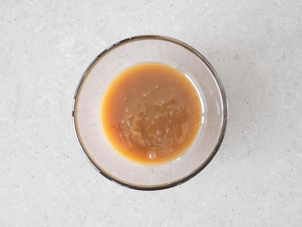 Wegańska masa kajmakowa w miseczce.