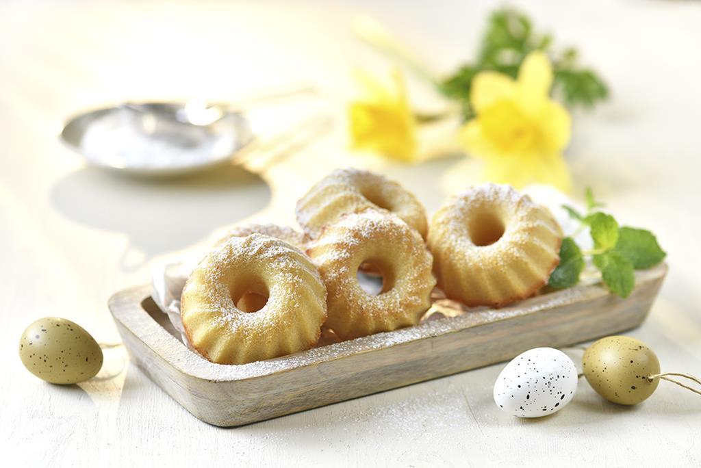 Babeczki wielkanocne na paterze z ozdobnymi jajkami