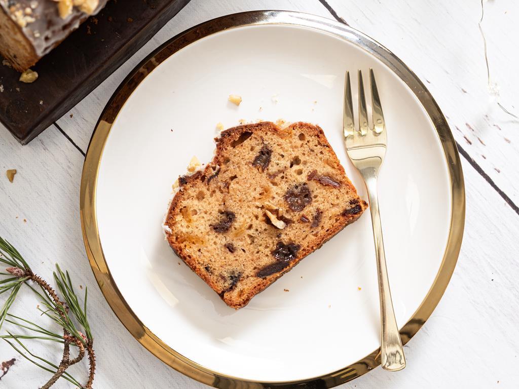 wegański keks bez mleka i jajek na białym talerzyku ze złotym rantem - Przepis
