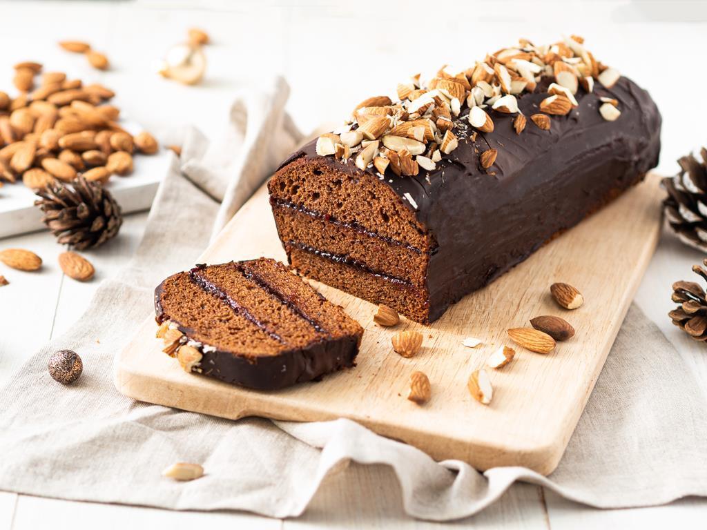 piernik wegański przełożony powidłami śliwkowymi, oblany czekoladą i posypany dużą ilością migdałów - Wszystkiego Słodkiego