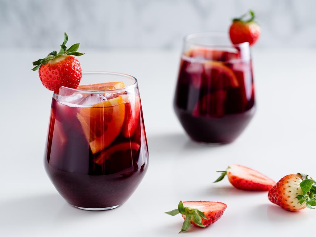 sangria , napój na bazie czerwonego wina z kawałkami owoców, kostkami lodu i truskawkami - wszystkiego słodkiego