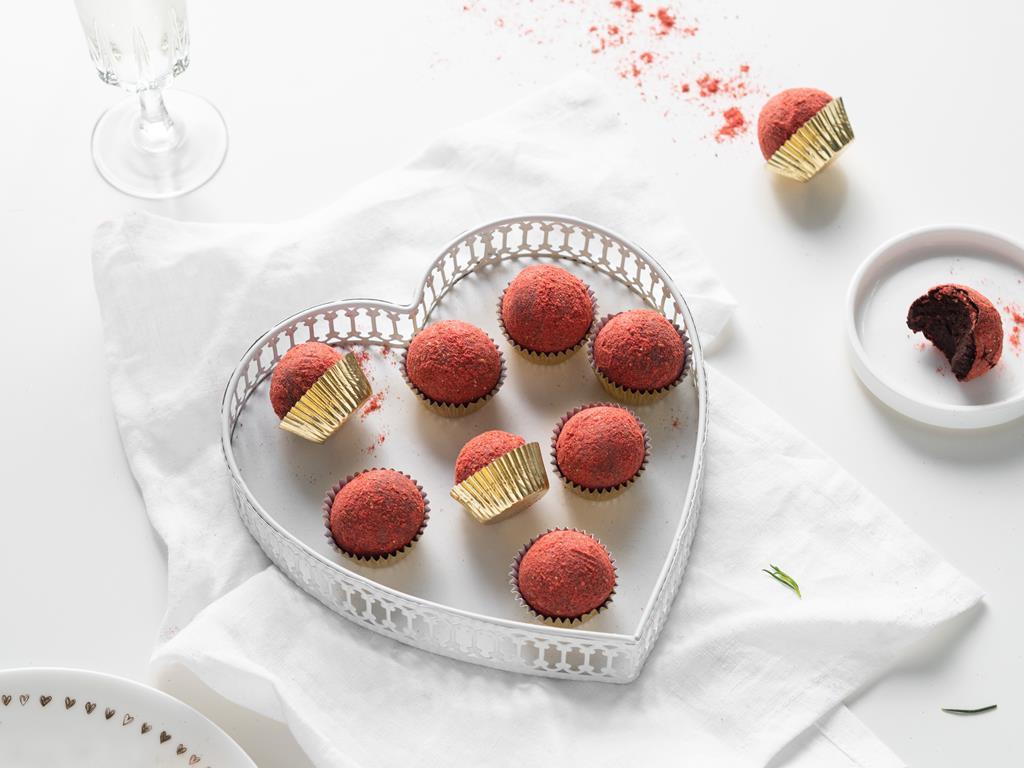 trufle wegańskie z likierem cointreau obtoczone w proszku z liofilizowanych owoców w złotych papilotkach - Wszystkiego Słodkiego