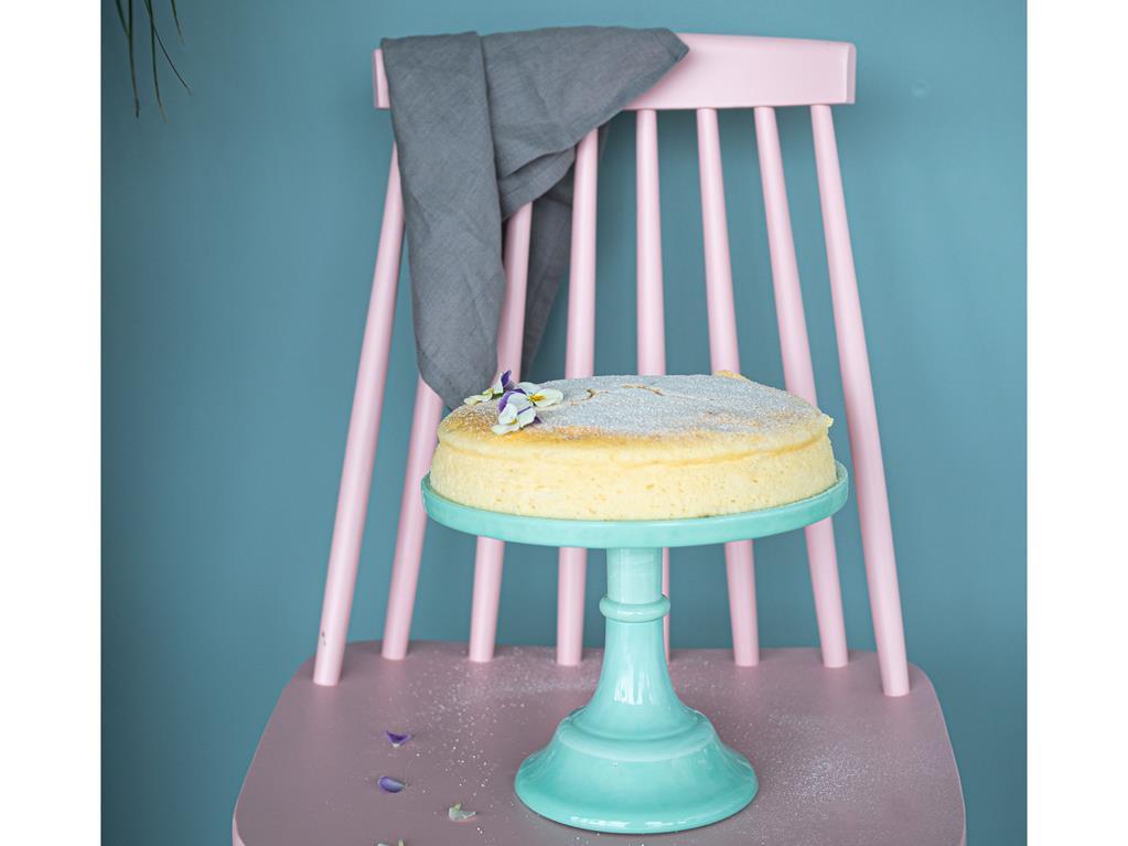 na paterze stojącej na krześle sernik japoński wszystkiego słodkiego