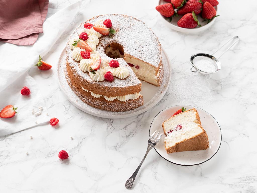 anielskie ciasto - angel food cake z kremem waniliowym i owocami