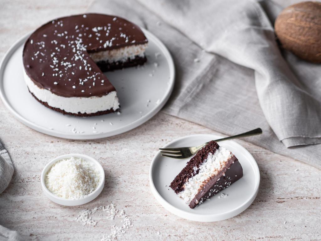 Ciasto kokosowe a'la Bounty bez mleka i jajek na białym talerzyku - Wszystkiego Słodkiego