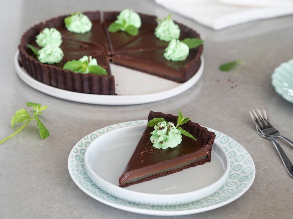 Tarta czekoladowa z kremem czekoladowym, nadzieniem miętowym i kremem miętowym - Wszystkiego Słodkiego