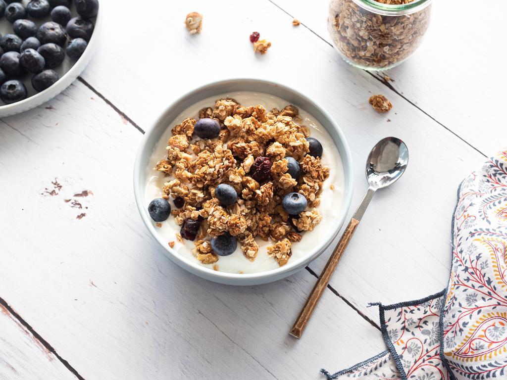 domowa granola z bakaliami, suszonymi owocami i miodem - Wszystkiego Słodkiego