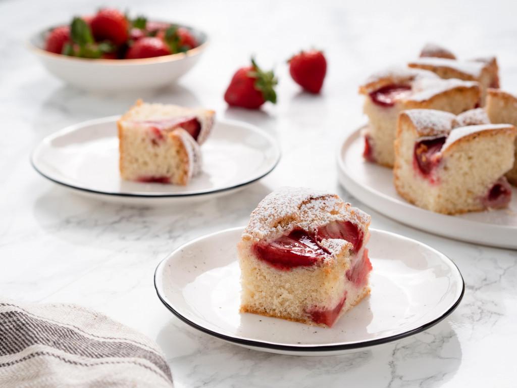 szybkie ciasto z truskawkami, biszkoptowe ciasto z olejem, ciasto do kawy - wszystkiego słodkiego