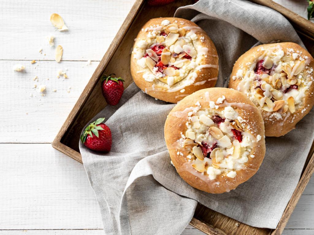 Drożdżówki wegańskie z serkiem i truskawkami posypane kruszonką i polane lukrem cytrynowym - Wszystkiego Słodkiego