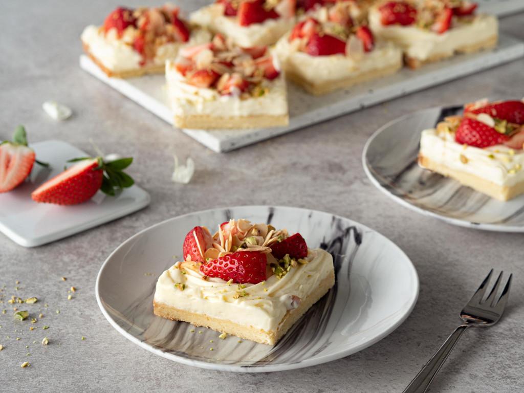 kruche ciasto z lekkim budyniowym kremem z truskawkami i pistacjami wszystkiego słodkiego