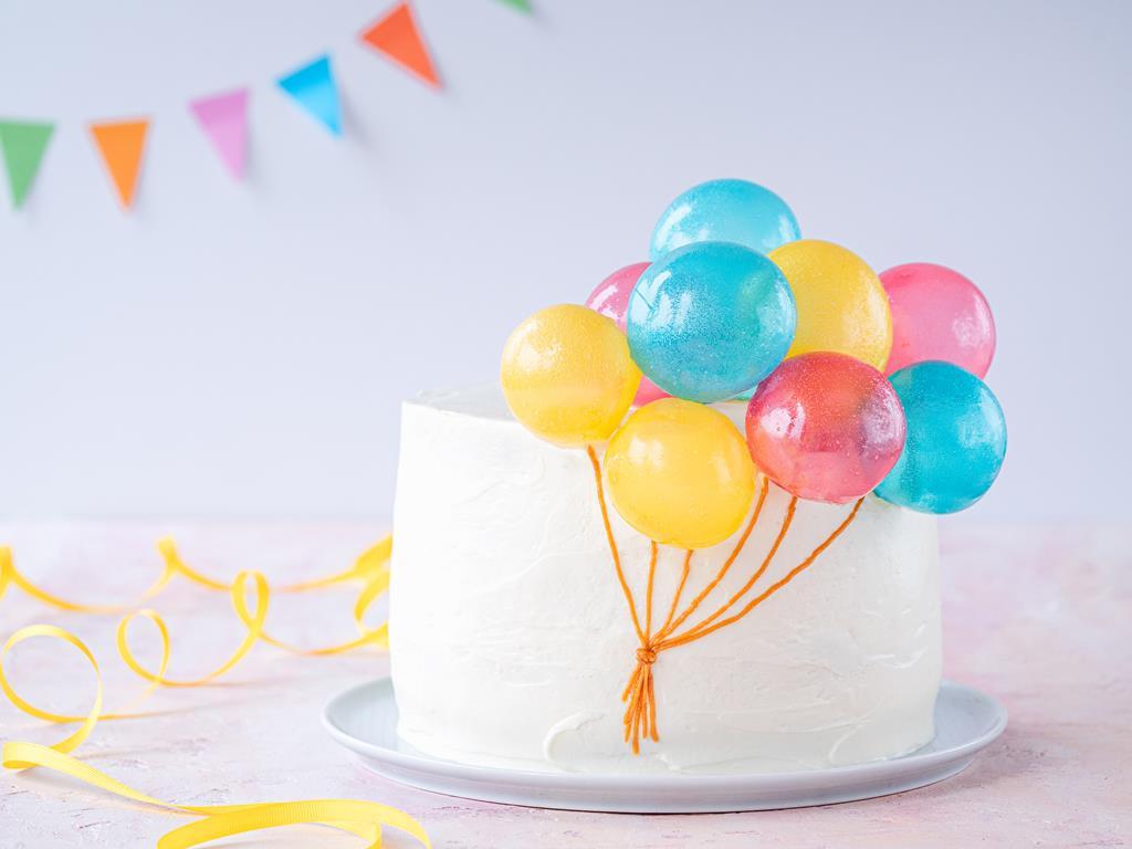 Tort udekorowany balonikami z żelatyny
