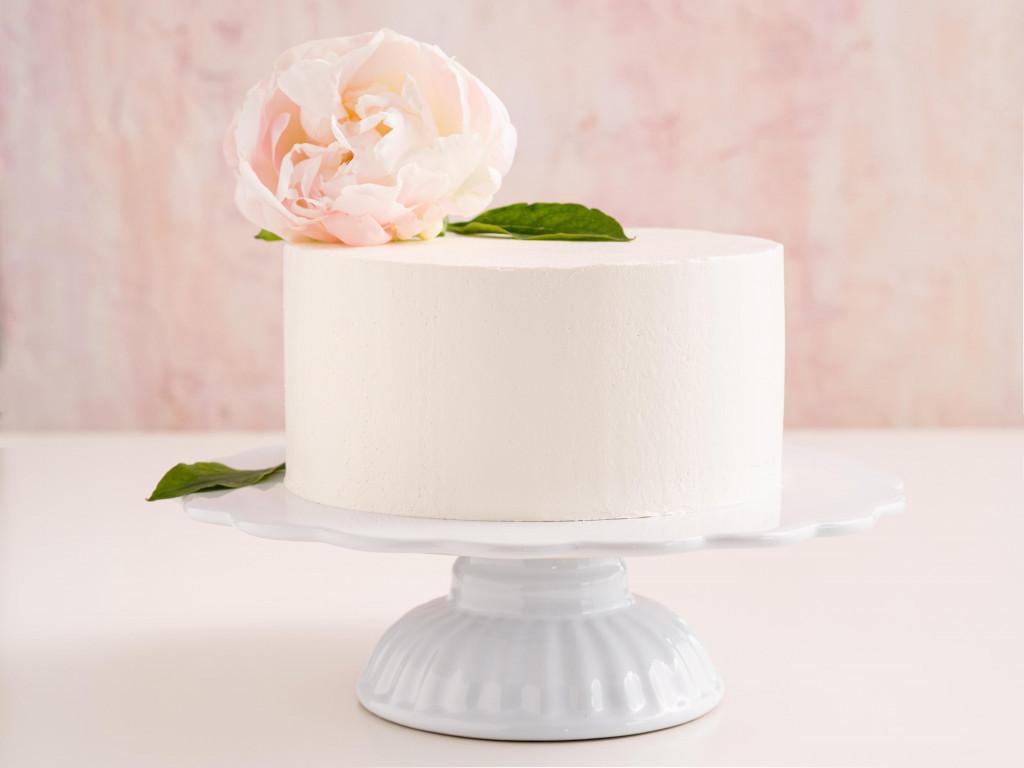 Tort otynkowany masą maślaną udekorowany kwiatkiem