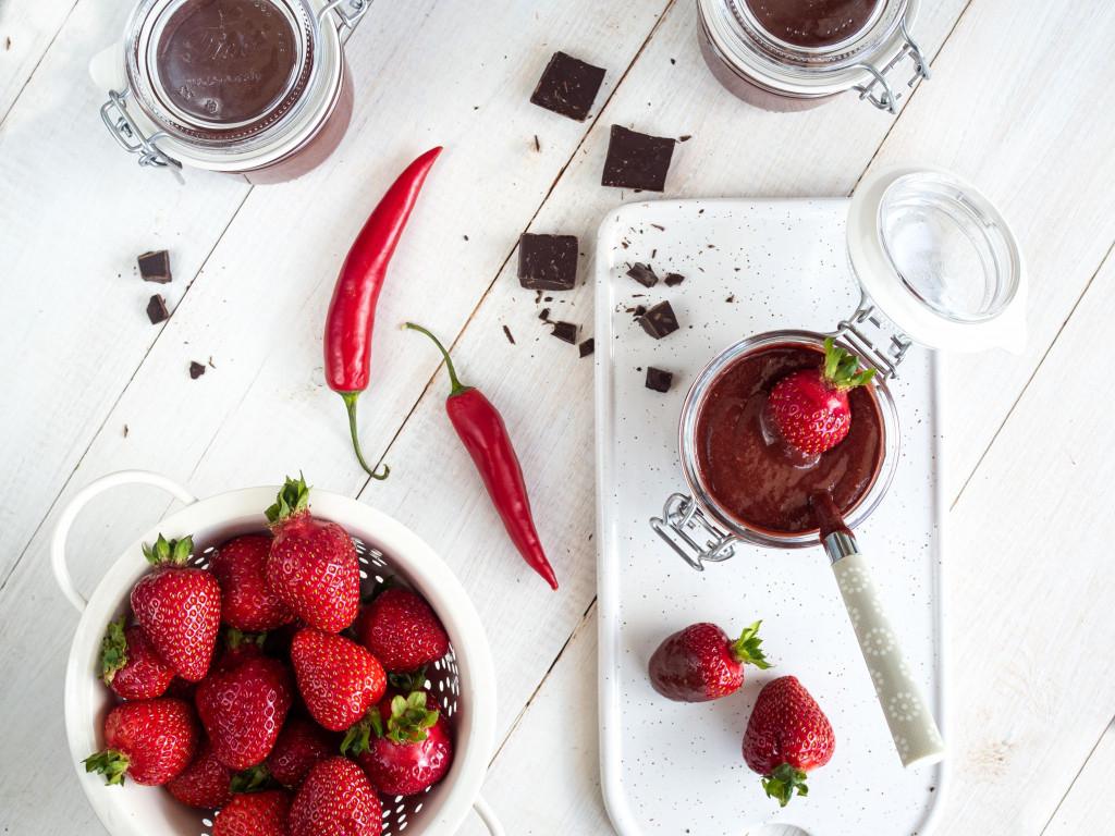 Truskawkowy dżem z czekoladą i chili w słoiczkach wszystkiego słodkiego