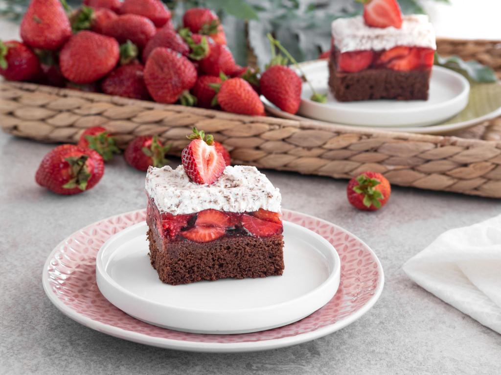 Ciasto czekoladowe z truskawkami i bitą śmietaną wszystkiego słodkiego