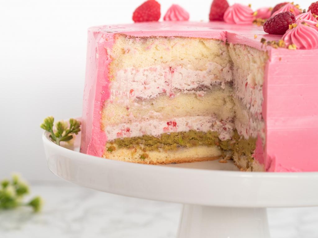 tort malinowy z kremem, warstwą pistacji - wszystkiego słodkiego