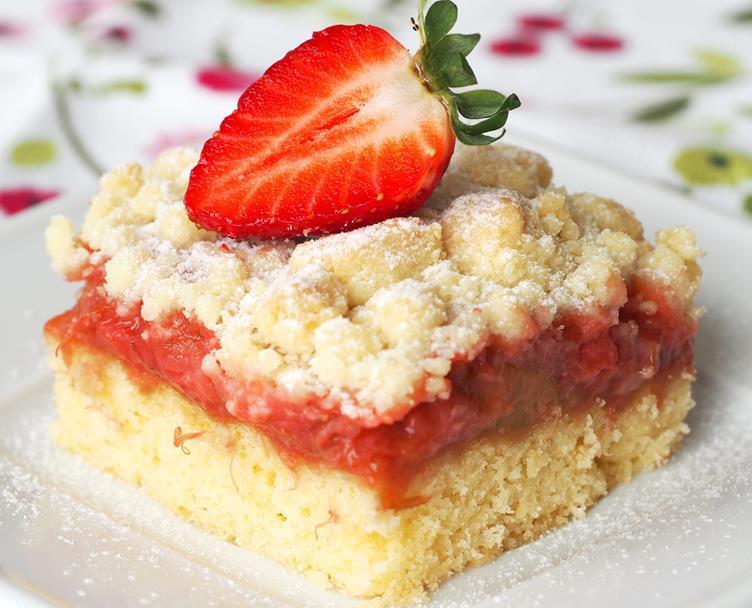 Kruche ciasto z rabarbarem, truskawkami i kruszonką na talerzyku - Wszystkiego Słodkiego
