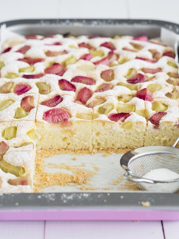 Ciasto z rabarbarem na blaszce oprószone cukrem pudrem